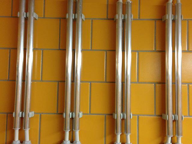 Трубы прикрепленные к стене
