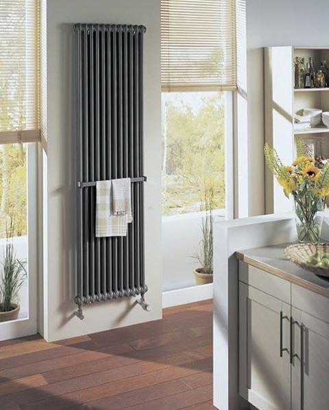 Вертикальный радиатор на кухне