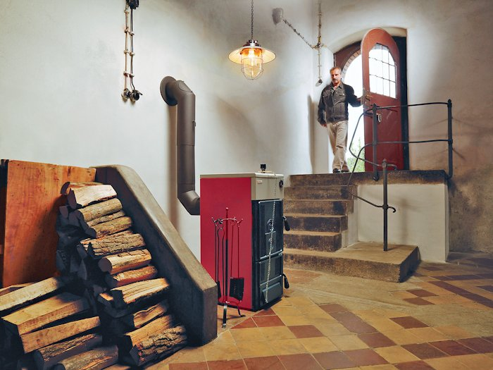 Твердотопливный котел, установленный в частном доме
