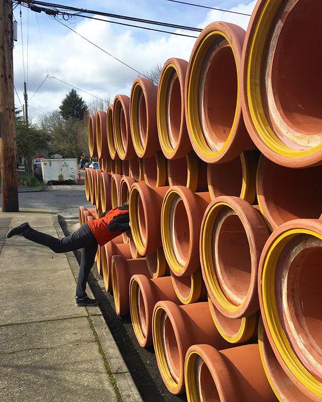Рыжая оранжевая труба для канализации